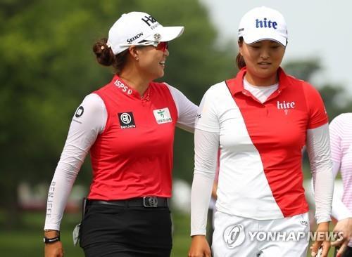 팀 경기에서 호흡을 맞춘 고진영(오른쪽)과 이민지.