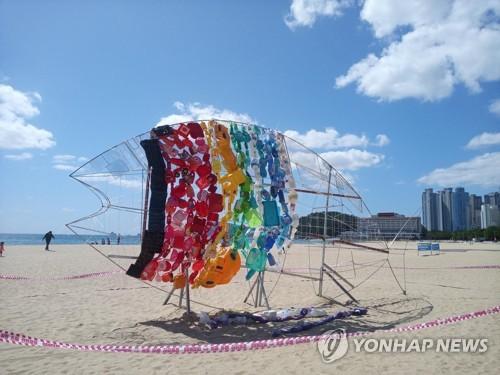 [#꿀잼여행] 영남권: 해운대 해변에 8m짜리 플라스틱 물고기가 등장한 이유
