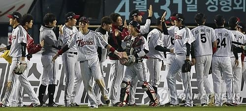 (LEAD) LG Twins eliminate NC Dinos, move on to second round in baseball postseason