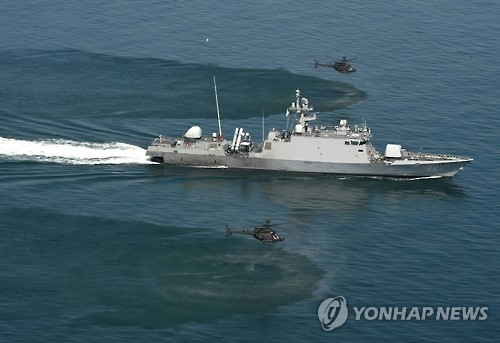 South Korean Navy patrol craft and U.S. choppers carry out a training exercise in waters off the Korean Peninsula. (Yonhap)