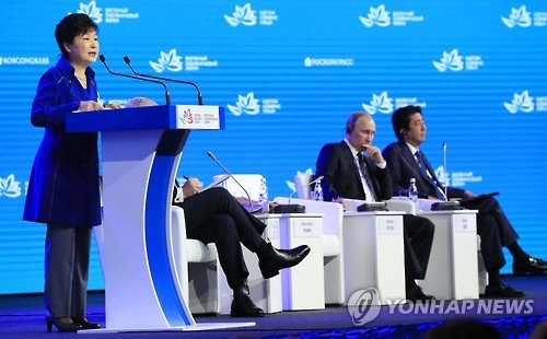 President Park Geun-hye (L) speaks during the Eastern Economic Forum in Russia's Far East port city of Vladivostok on Sept. 3, 2016. (Yonhap)