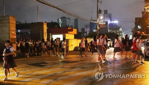 Students evacuate from a school in the southern city of Ulsan on Sept. 12, 2016 (Yonhap)