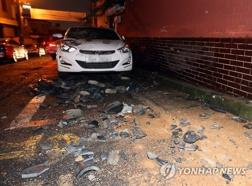 Debris from buildings is scattered on the ground in a residential zone in the southern port city of Ulsan after earthquakes on Sept. 12, 2016. (Yonhap)