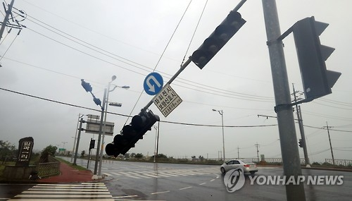 A traffic light is damaged on South Korea's southern resort island of Jeju on Oct. 5, 2016, by Typhoon Chaba. (Yonhap)