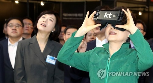 President Park Geun-hye (R) engages in a virtual reality (VR) experience program at the Korea VR Festival held at the Nuri Dream Square, a tech cluster in western Seoul on Oct. 7, 2016. (Yonhap)