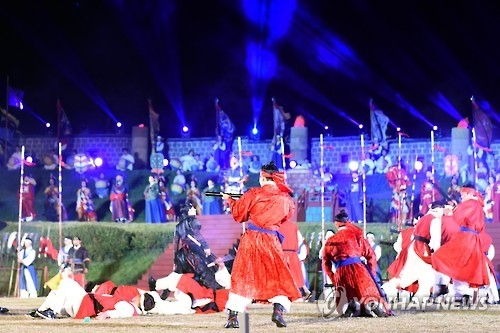 This photo provided by the Suwon city government shows performers reenacting a military drill carried out during King Jeongjo's parade to Hwaseong Fortress in Suwon, some 50 kilometers south of Seoul, at the fortress on Oct. 8, 2016. (Yonhap)