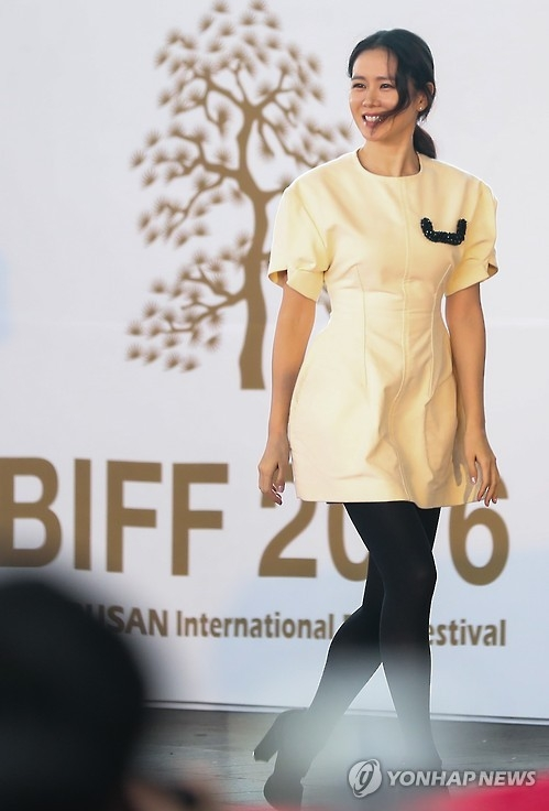 South Korean actress Son Ye-jin attends an open talk session held at the 21st Busan International Film Festival (BIFF) in Busan, 450 kilometers southeast of Seoul, on Oct. 8, 2016. (Yonhap)
