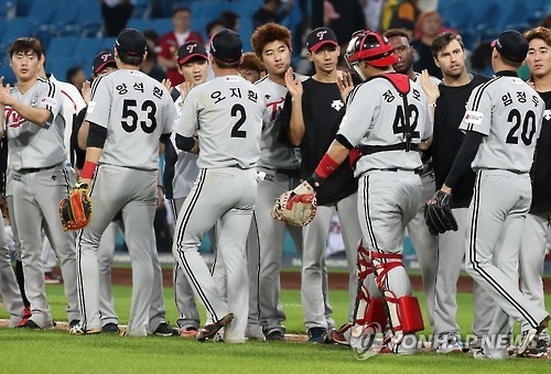 Players of the LG Twins celebrate their victory over the Samsung Lions in the Korea Baseball Organization action in Daegu on Oct. 3, 2016. (Yonhap)