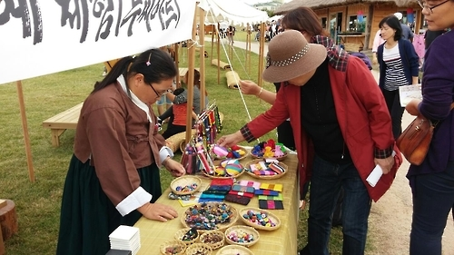 Visitors look at traditional jewelry and handicrafts at the Haemieupseong Festival on Oct. 7, 2016. (Yonhap)