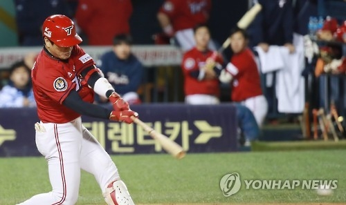 Kim Joo-chan of the Kia Tigers hits an RBI single against the LG Twins during the Korea Baseball Organization's wild card game in Seoul on Oct. 10, 2016. (Yonhap)