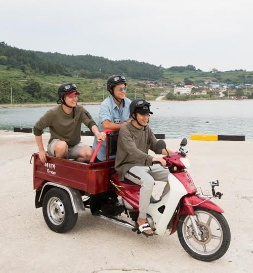 "This photo, provided by CJ E&M, shows a scene from Season 3 of ""Three Meals a Day: Fishing Village."" (Yonhap)"