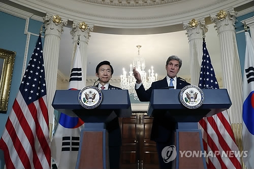 "In this AP photo taken on Oct. 19, 2016, (Wednesday U.S. time), South Korea's Foreign Minister Yun Byung-se (L) and Secretary of State John Kerry hold a joint press briefing on the ""two plus two"" alliance talks held in Washington on the extended deterrence of growing threats from North Korea. (Yonhap)"