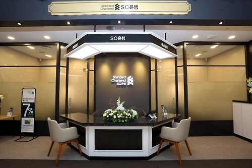 "SC Bank's ""Bank Shop"" at Shinsegae Department Store in the affluent Gangnam area. (Photo courtesy of SC Bank)"