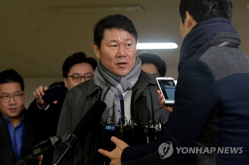 Namkung Gon, professor at Ewha Womans University in Seoul, enters the special prosecutors' office in southern Seoul to undergo questioning on Jan. 5, 2017. A number of figures at the university are accused of giving undue favors to the daughter of President Park Geun-hye's close friend Choi Soon-sil. (Yonhap)