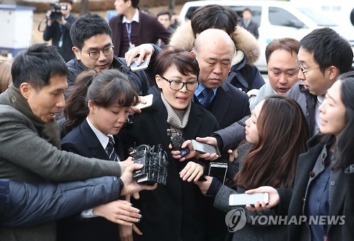 Yoon Jeon-chu (C) is surrounded by reporters as she enters the Constitutional Court in Seoul on Jan. 5, 2017. (Yonhap)