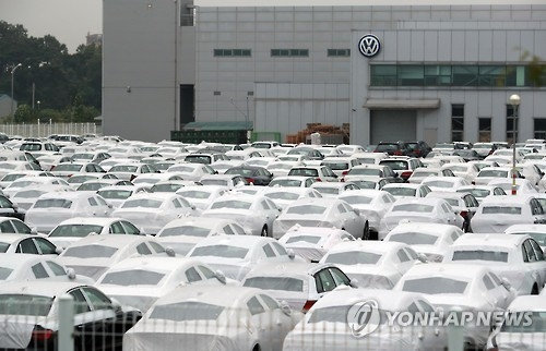 This file photo, taken on Aug. 2, 2016, shows dozens of Audi and Volkswagen cars sitting idly at a pre-delivery inspection center in Pyeongtaek, South Korea. The local government revoked its sales certificates for over 80,000 Audi and Volkswagen cars after their local importer was found to have fabricated their emissions and efficiency test results. (Yonhap)