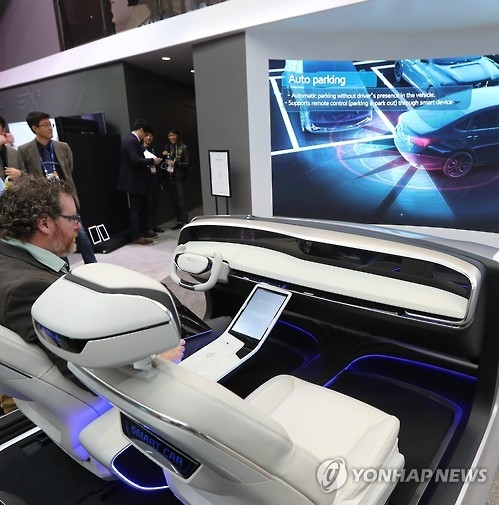A visitor experiences self-driving car technologies developed and showcased by South Korea's largest auto parts maker Hyundai Mobis Co., also an affiliate of South Korea's top automaker Hyundai Motor Co., at the Consumer Electronics Show in Las Vegas on Jan. 5, 2017. (Yonhap)