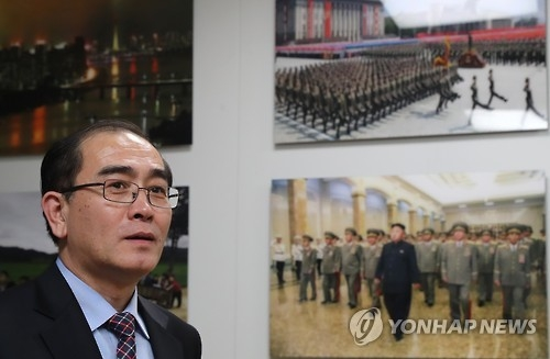 Thae Yong-ho, a former North Korean diplomat, looks around Yonhap News Agency's monitoring team on North Korean news on Jan. 8, 2017. (Yonhap)