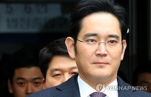 Lee Jae-yong, vice chairman of Samsung Electronics Co., leaves the Seoul Central District Court on Jan. 18, 2017, after attending a hearing to review the legality of his detention. The special prosecutor sought an arrest warrant for Lee, Samsung's de facto leader, on bribery charges in connection with the scandal that has led to President Park Geun-hye's impeachment. (Yonhap)