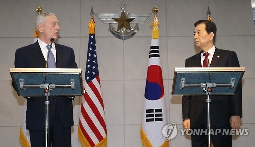 Defense Minister Han Min-koo (R) and U.S. Defense Secretary Jim Mattis at a press briefing before holding bilateral talks in Seoul on Feb. 3, 2017. (Yonhap)