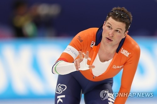 Sven Kramer of the Netherlands reacts after finishing his 5,000m race at the International Skating Union World Single Distances Speed Skating Championships at Gangneung Oval in Gangneung, Gangwon Province, on Feb. 9, 2017. (Yonhap)