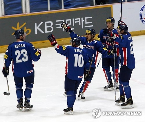 South Korean hockey players celebrate a goal during their 3-0 victory over Japan at the Euro Ice Hockey Challenge at Goyang Eoulim Nuri Sports Center in Goyang, Gyeonggi Province, on Feb. 11, 2017. (Yonhap)