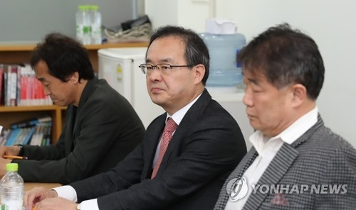 Lee Yong-soo (C), head of the Korea Football Association's technical committee, attends a meeting to discuss whether to dismiss Uli Stielike, head coach for the South Korean men's national football team at the National Football Center in Paju, north of Seoul, on April 3, 2017. (Yonhap)