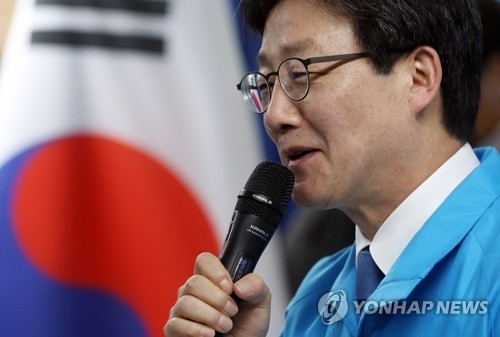 Yoo Seong-min, a lawmaker and presidential candidate of the conservative Bareun Party, announces his security-related election pledges at party headquarters in Seoul on April 5, 2017. (Yonhap)