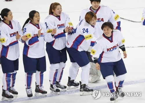 Han Soo-jin of South Korea (R) skates to center ice after being named the team's best player in its 2-0 win over the Netherlands at the International Ice Hockey Federation Women's World Championship Division II Group A at Kwandong Hockey Centre in Gangneung, Gangwon Province, on April 8, 2017. (Yonhap)