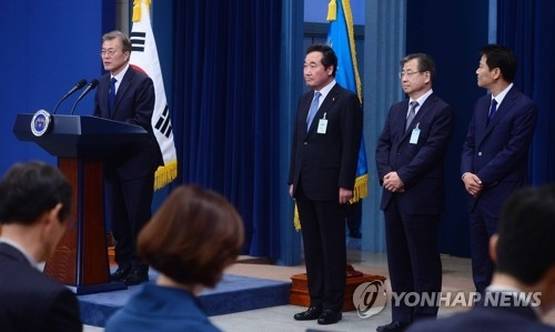 South Korean President Moon Jae-in (L) holds his first press conference following his inauguration on May 10, 2017, to announce his nomination of a new prime minister and other top government and presidential officials. They are South Jeolla Province Gov. Lee Nak-yon (second from L), who has been tapped to become the new prime minister; Suh Hoon, a former official at the National Intelligence Service who has been named to head the spy agency; and Im Jong-seok, a former lawmaker who was appointed as Moon's new and first chief of staff. (Yonhap)