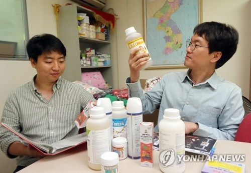 This photo, taken on May 26, 2017, shows officials at the Korean Sharing Movement checking pesticides and other products to contain malaria as they sought to send them to North Korea. (Yonhap)