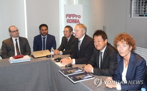 Theo van Seggelen (3rd from R), secretary-general at FIFPro, a worldwide pro footballers' union, speaks during the organization's Asia-Oceania Congress in Seoul on June 8, 2017. (Yonhap)