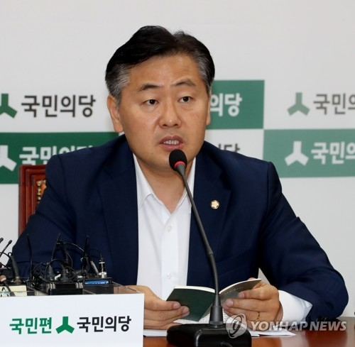 This photo, taken on June 30, 2017, shows Rep. Kim Kwan-young, the head of the People's Party's fact-finding team into a fake allegation against President Moon Jae-in, speaking during a party meeting at the National Assembly. (Yonhap)