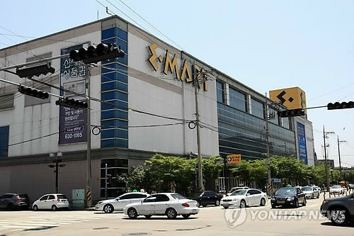 This file photo taken on July 8, 2017, shows E-Mart Inc.'s discount store in Sokcho, 213 kilometers east of Seoul. (Yonhap)