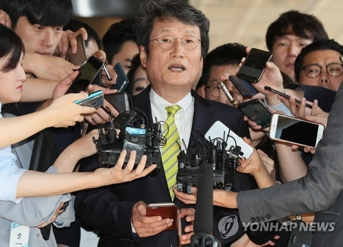 Actor Moon Seung-geun answers questions from reporters before entering the Seoul Central District Prosecutors' Office in southern Seoul on Sept. 18, 2017, to give evidence to the probe into allegations that the National Intelligence Service under the 2008-2013 Lee Myung-bak government created and maintained a blacklist of left-leaning cultural and arts figures to disadvantage them. (Yonhap)