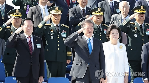 President Moon Jae-in (front row, second from L) salutes armed service members in a ceremony held at the headquarters of the Korean Navy 2nd Fleet in Pyeongtaek, 70 kilometers southwest of Seoul, on Sept. 28, 2017 to mark the 69th Korean Armed Forces Day that falls on Oct. 1. (Yonhap)