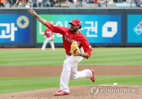 Hector Noesi of the Kia Tigers delivers a pitch against the KT Wiz in the clubs' Korea Baseball Organization regular season game at KT Wiz Park in Suwon, Gyeonggi Province, on Oct. 3, 2017. (Yonhap)