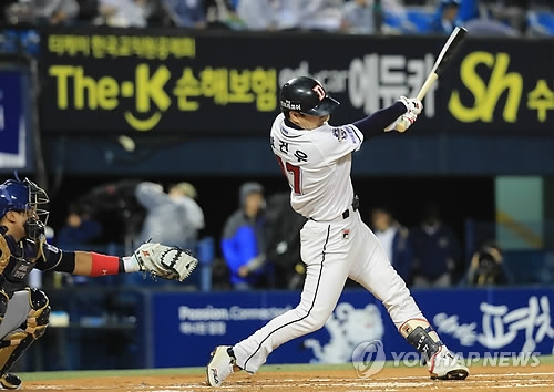 Park Kun-woo of the Doosan Bears launches a solo shot in the bottom first in Game 2 against the NC Dinos in the Korea Baseball Organization postseason series at Jamsil Stadium in Seoul on Oct. 18, 2017. (Yonhap)