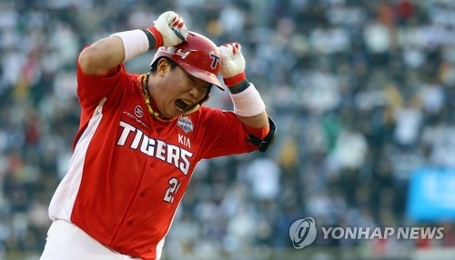 Na Ji-wan of the Kia Tigers rounds the bases after a two-run home run against the Doosan Bears in the top of the ninth inning in Game 3 of the Korean Series at Jamsil Stadium in Seoul. (Yonhap)