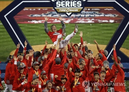 Members of the Kia Tigers throw their manager Kim Ki-tai in the air in celebration of their Korean Series championship over the Doosan Bears at Jamsil Stadium in Seoul on Oct. 30, 2017. (Yonhap)