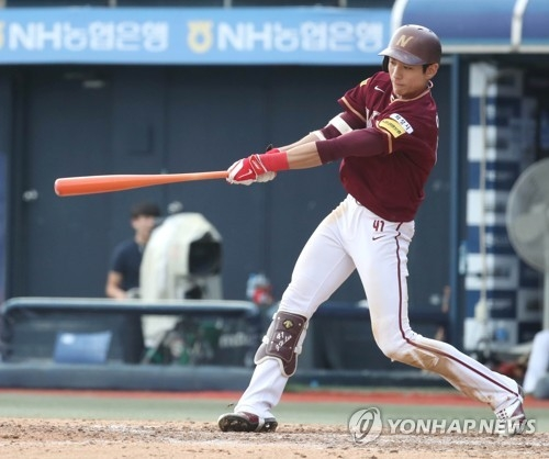 In this file photo taken Sept. 17, 2017, Lee Jung-hoo of the Nexen Heroes gets a base hit against the NC Dinos in the top of the ninth inning in the clubs' Korea Baseball Organization regular season game at Masan Stadium in Changwon, South Gyeongsang Province. (Yonhap)