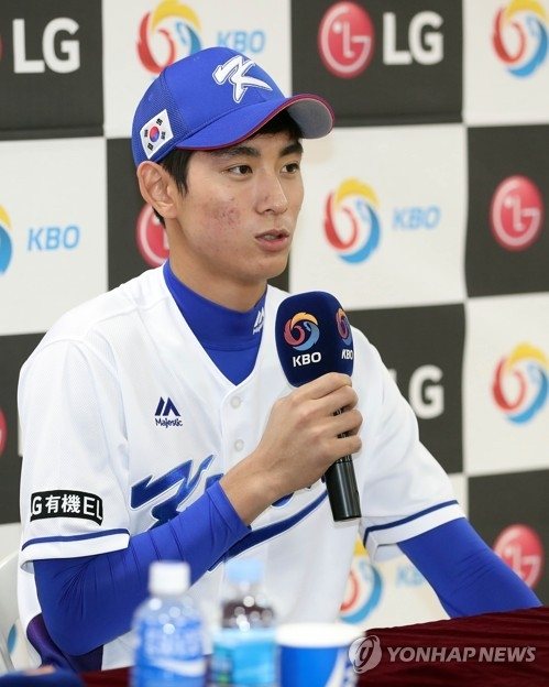 South Korean outfielder Lee Jung-hoo speaks at a press conference at Jamsil Stadium in Seoul on Nov. 5, 2017, ahead of the upcoming Asia Professional Baseball Championship in Tokyo. (Yonhap)