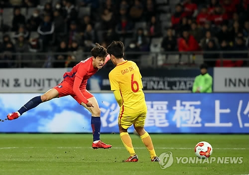 South Korean midfielder Lee Jae-sung (L) shoots past Gao Zhunyi of China during the first half of the teams' 2-2 draw at the the East Asian Football Federation E-1 Football Championship at Ajinomoto Stadium in Tokyo on Dec. 9, 2017. (Yonhap)