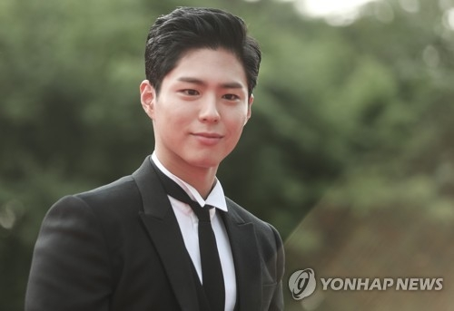 In this file photo, taken Sept. 7, 2017, South Korean actor Park Bo-gum walks the red carpet during the 2017 Seoul Drama Awards in Seoul. (Yonhap)