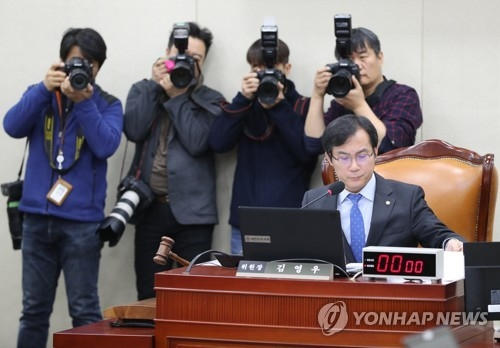 Liberty Korea Party Rep. Kim Young-woo, the chairman of the parliamentary committee on defense, presides over a session at the National Assembly in Seoul on Dec. 13, 2017. (Yonhap)