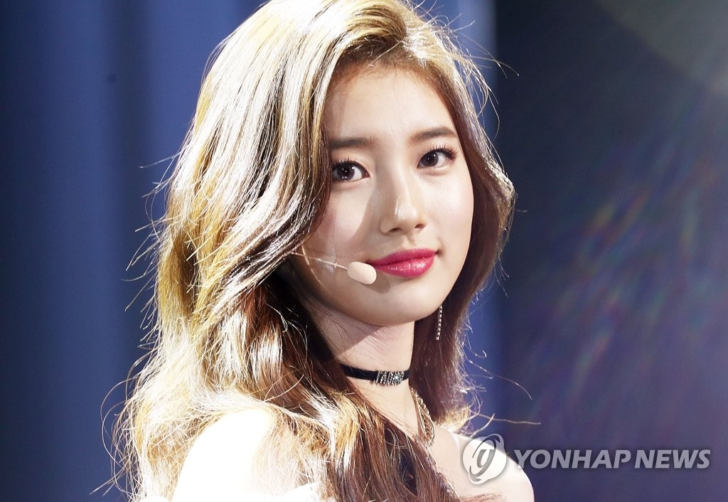 "Singer-actress Suzy poses for photographers during a press showcase for her second EP, ""Faces of Love,"" in Seoul on Jan. 29, 2018. (Yonhap)"