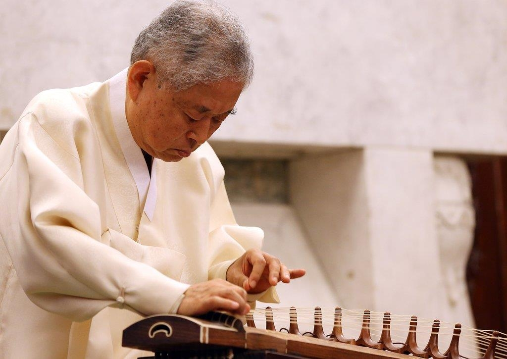 Korean music master Hwang Byung-ki plays the Korean traditional musical instrument gayageum in this file photo. (Yonhap)