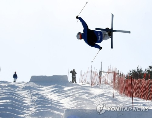 South Korean mogul skier Seo Myung-joon makes a jump while practicing at a ski resort in Hoengseong County, Gangwon Province, on Feb. 2, 2018. (Yonhap)