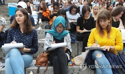 Foreign students take part in a Korean-language essay contest at Yonsei University in Seoul on Sept. 27, 2017, ahead of the Oct. 9 Hangeul Day. Hangeul is the Korean alphabet. (Yonhap)