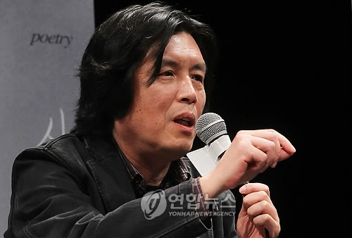 Filmmaker Lee Chang-dong speaks about his movie Poetry during a press conference in Seoul on April 14, 2010. (Yonhap)